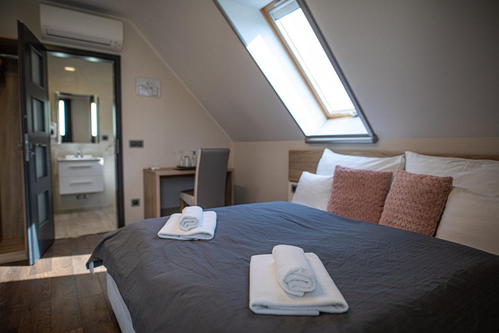 Hegyre néző erkélyes kétágyas szoba